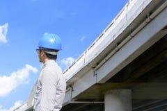 Человек инженера смотря вдоль срочного пути Стоковое Фото
