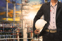 Человек инженерства при белый шлем безопасности стоя перед oi Стоковые Фотографии RF