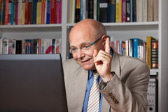 Человек инструктируя через интернет Стоковые Фотографии RF