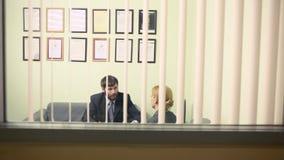Человек интервьюирует бизнес-леди отчет к вождю акции видеоматериалы