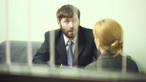 Человек интервьюирует бизнес-леди отчет к вождю сток-видео