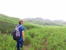 Человек интересуя красотой природы стоковое изображение rf
