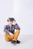 Человек использует стекла виртуальной реальности стоковые изображения rf