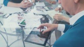 Человек использует таблетку для представлений руки бизнесмена используя плату видеоматериал