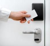 Человек используя безконтактный ключ Стоковая Фотография RF