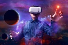 Человек используя изумлённые взгляды виртуальной реальности Стоковое Изображение RF