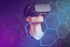 Человек используя изумлённые взгляды VR Стоковые Изображения RF