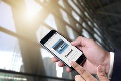 Человек используя интернет Gl m-банка покупок передвижных оплат онлайн Стоковое фото RF