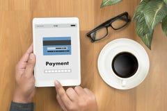 Человек используя интернет Gl m-банка покупок передвижных оплат онлайн Стоковые Изображения