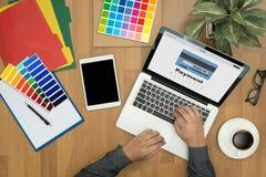 Человек используя интернет Gl m-банка покупок передвижных оплат онлайн Стоковые Фото