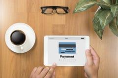 Человек используя интернет Gl m-банка покупок передвижных оплат онлайн Стоковые Изображения RF