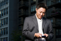 Человек используя карманную ЭВМ Стоковые Изображения RF