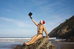 Человек используя компьтер-книжку на пляже Стоковые Изображения RF