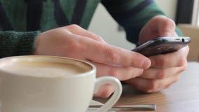 Человек используя мобильный телефон в кафе акции видеоматериалы
