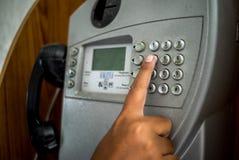 Человек используя общественный таксофон Стоковые Фотографии RF