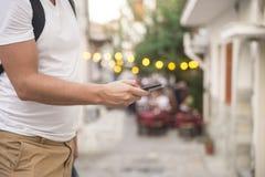 Человек используя передвижной умный телефон напольный Стоковые Изображения