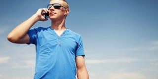 Человек используя передвижной франтовской телефон Стоковая Фотография
