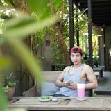 Человек используя сообщение чтения мобильного телефона Стоковое фото RF