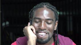 Человек используя сотовый телефон, клетчатый, мобильный телефон сток-видео
