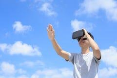 Человек используя стекла шлемофона VR Стоковая Фотография