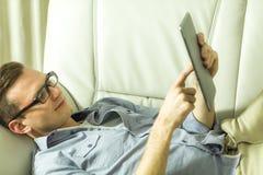 Человек используя таблетку Стоковое фото RF