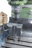 Человек используя тиски стенда замка ключа Alen Стоковая Фотография