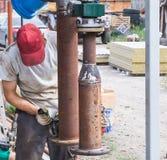 Человек используя угловую машину Стоковая Фотография RF