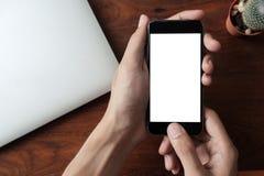 Человек используя умный телефон с пустой чернью может быть добавляет ваши тексты или Стоковая Фотография