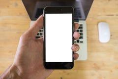 Человек используя умный телефон с пустыми чернью и чашкой кофе франтовск стоковое фото rf