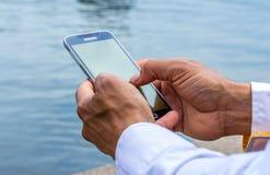 Человек используя умный телефон Стоковые Изображения RF