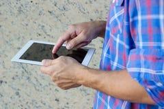 Человек используя цифровой ПК таблетки стоковая фотография