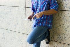 Человек используя цифровую таблетку стоковые изображения