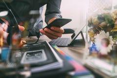 Человек используя шлемофон VOIP с цифровым keyb стыковки планшета стоковое фото rf