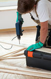 Человек используя электрический сверлильный аппарат дома Стоковая Фотография RF