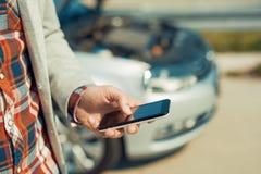 Человек используя smartphone после дорожного происшествия Стоковая Фотография