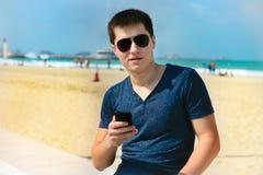 Человек используя smartphone Стоковые Фотографии RF