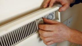 Человек исправляя топление сток-видео