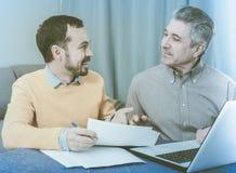 Человек и администраторов по сбыту обсуждают контракт стоковая фотография rf