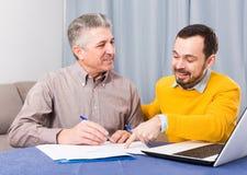 Человек и администраторов по сбыту обсуждают контракт стоковые изображения