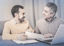 Человек и администраторов по сбыту обсуждают контракт стоковые фото
