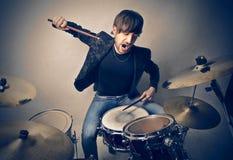 Человек и барабанчики стоковые изображения rf