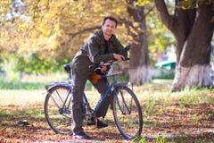 Человек и велосипед Стоковые Изображения