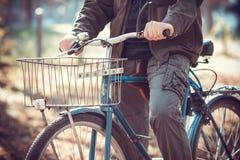 Человек и велосипед Стоковые Фотографии RF