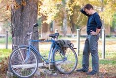 Человек и велосипед Стоковая Фотография RF