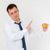Человек и гамбургер, отсутствие бургера Стоковые Изображения