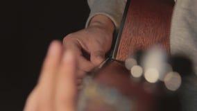 Человек и гитара акции видеоматериалы