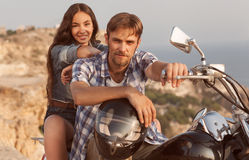 Человек и девушка велосипедиста сидят Стоковые Изображения