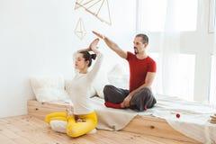 Человек и девушка йоги, они размышляют Стоковое Изображение RF