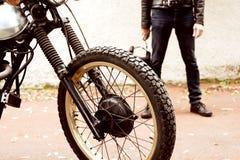 Человек и его мотоцикл стоковое изображение rf