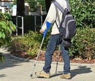 Человек идет с костылем стоковое фото rf